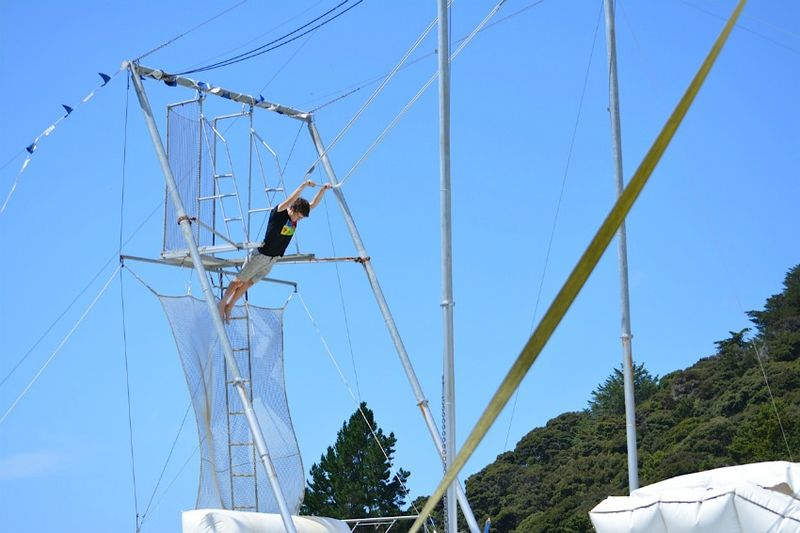 Action world trapeze